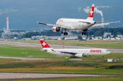 Bei bestimmten Wetterlagen wird der Abflug verändert. Bild: Steffen Schmidt/Keystone (Zürich, 15. Juli 2012)