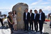 Die chinesische Delegation posiert stolz vor dem Emei-Stein auf der Rigi. (Bild: pd)