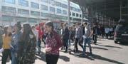 Rund 1600 Schüler werden aus dem KKL evakuiert. (Bild: Stefanie Nopper)