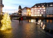 Menschen im Banne des Lichterglanzes von Weihnachten. (Bild: Leserbild: Niklaus Rohrer)