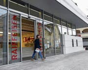 Die Raiffeisenbank-Filiale in Oberägeri soll voraussichtlich 2019 geschlossen werden. (Bild: Werner Schelbert (22. März 2018))