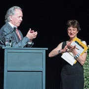 Der Präsident der Zuger Übersetzer, Jürg Scheuzger, übergibt Eveline Passet das Stipendium. (Bild: Maria Schmid, (Zug, 11. Juni 2017))