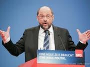 Der SPD-Parteivorsitzende Martin Schulz spricht beim SPD-Sonderparteitag in Bonn. Die Delegierten stimmen bei ihrem Parteitag darüber ab, ob die SPD in Koalitionsverhandlungen mit der Union einsteigt. (Bild: Oliver Berg/EPA)