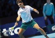Gerät gegen David Goffin im zweiten und im dritten Satz immer wieder in Schieflage: Roger Federer. (Bild: Neil Hall/EPA (London, 18. November 2017))