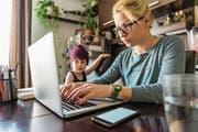 Sie trinkt Kaffee und schreibt, der Sohn geduldet sich nebenan: So einfach sei das Leben als Influencermutter nicht, sagt eine Schweizer Bloggerin. (Bild: Getty)