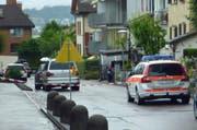 Tatort Lachen: Die Polizei sperrte das Gebäude weiträumig ab. (Bild: Leserreporter)
