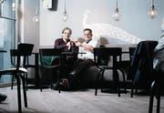 Walter (links) und Peter Speck in ihrem neuen Lokal, dem «Pfauen». (Bild: Stefan Kaiser (Zug, 23. November 2017))