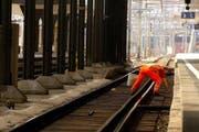 Ein SBB-Angestellter bei Reinigungsarbeiten im Luzerner Bahnhof. (Bild: Archiv / Neue LZ)