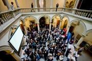 Gespannten warten auf die Ergebnisse der Kantonsratswahlen im Luzerner Regierungsgebäude. (Bild: Pius Amrein / Neue LZ)