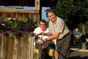 Alt Grossstadtrat Louis Baume (links) übergibt Hugo Kurmann von der Confiserie Kurmann den Schlüssel, der für den Rollstuhllift bei der Kapellbrücke benötigt wird. (Bild: Dominik Wunderli / Neue LZ)