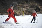 Skifahrer kurven auf einer Piste auf Trübsee zu Tal. (Bild: Corinne Glanzmann)