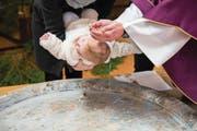 Die Taufe war bis vor kurzem ein kaum verzichtbares Sakrament für Neugeborene. (Symbolbild: Getty)