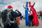 Man konnte auf dem Festgelände in Erstfeld auch Riesen begegnen. (Bild: Boris Bürgisser / Neue LZ)