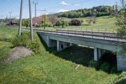 Hier soll die neue Cheerstrasse durchführen. Die Gleisunterführung steht schon, ist aber noch ungenutzt. (Bild: Pius Amrein (Luzern, 5. Mai 2017))