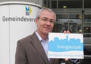 Der Megger Gemeinderat Josef Scherer präsentiert die neue Alutafel «Energiestadt». (Bild pd)