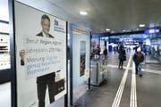 Ein Plakat mit Volkswirtschaftsdirektor Matthias Michel am Zuger Bahnhof. (Bild: Stefan Kaiser (Zug, 18. April 2017))