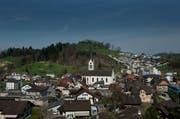 Übersicht über das Dorf in Menznau. Der Bahnhof, der rechts von der Kirche steht, soll für 32 Millionen Franken erneuert werden. (Bild: Pius Amrein)
