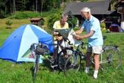 Gerard Dierick und Maria Werner planen täglich grosse Velotouren in die Schweizer Berge. (Bild Romano Cuonz)