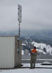 Ein Mitarbeiter des Zivilschutz prüft die Sirene auf dem Dach der Sika Sarnafil in Sarnen. (Bild: PD / Michael Egger)
