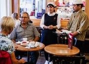 Japanische Kellner im Luzerner Café Heini für SRF Jobtausch. (Bild: SRF)