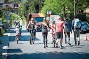 Auf dem neuen Weg für Fussgänger und Velofahrer zwischen Luzern und Kriens kommen sich die unterschiedlichen Nutzer gelegentlich in die Quere. (Bild: Roger Grütter (Luzern, 30. April 2017))