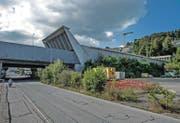 Blick auf das Portal des Sonnenbergtunnels der Autobahn A 2. Mit dem Bypass soll hier ein zweites Portal mit vier Fahrspuren entstehen. (Bild Nadia Schärli)