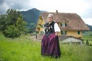 Die Vollblut-Jodlerin Bernadette Roos-Stadelmann – hier vor ihrem Haus in Schüpfheim – ist Jury-Obfrau des Zentralschweizer Jodlerfestes. (Bild: Dominik Wunderli / Neue LZ)