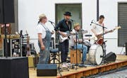 Die Zuger Band Kurious Kurt & Söhne bei ihrem Auftritt auf dem Walchwiler Dorfplatz vom 22. Juni.
