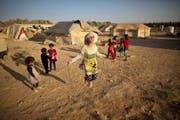 Syrische Flüchtlingskinder in einem Lager in Jordanien, nahe der syrischen Grenze. Auch ihre Bildung kommt im Krieg zu kurz. (Bild: AP/Muhammed Muheisen)