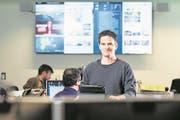 René Meier, stellvertretender Leiter Online der «Luzerner Zeitung», vor seinem Arbeitsplatz. (Bild: Eveline Beerkircher (Luzern, 26. November 2017))