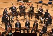 Die Cappella Andrea Barca unter der Leitung von Sir András Schiff. Schaghajegh Nosrati am zweiten Klavier. (Bild: Bild: Peter Fischli / Lucerne Festival)
