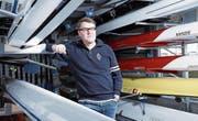 Stephan Wiget (im Ruderhaus in Zug) hat bereits mit 19 Jahren seine Aktivkarriere beendet, um Trainer zu werden. (Bild: Werner Schelbert (24. November 2017))