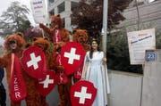 Die Demonstranten versammelten sich vor Vekselbergs Haus in Bärenkostümen und mit einer Helvetia samt Lanze und Wappen - dem Maskottchen der Abschaffungsbefürworter. (Bild: pd)