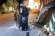 Das Auto blieb nach dem Aufprall auf der Seite stehen. (Bild: Luzerner Polizei)