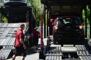 Eine Lieferung Importfahrzeuge kommt in Altishofen an. Die Autos werden fit gemacht für die Kunden.