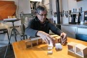 Der Lungerer Bildhauer Karl Imfeld entdeckt mit seinen Kuben zahlreiche Spielmöglichkeiten. (Bild Romano Cuonz/Neue OZ)