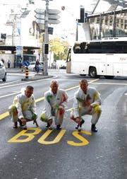 Norbert Schmassmann, Direktor vbl AG (links), Martin Wüthrich, Geschäftsleiter Rottal Auto AG und Beat Wiget, PostAuto Schweiz AG (rechts) bei der Eröffnung der neuen Busspur. Es fehlt: Auto AG Rothenburg. (Bild: VBL)
