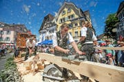 Vielfältiger Umzug: Im Schweisse ihres Angesichts demonstrierten Mitarbeiter der Firma Burch aus Sarnen die heutige Holzverarbeitung. (Bild Philipp Schmidli)