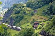 Auch in Zukunft sollen direkte Züge ab den Zentren über die Bergstrecke fahren. (Bild: Keystone)