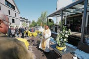 Pfarrer Anthony Chukwu segnet den Platz in der Begegnungszone in Inwil ein. (Bild: Stefan Kaiser (29. April 2017))