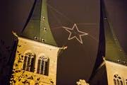 Der Weihnachtsstern zwischen den Türmen der Hofkirche. (Bild: Dominik Wunderli / LZ)