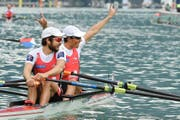 Sein Partner Daniel Wiederkehr streckt die Arme in die Höhe, und Michael Schmid lächelt, nachdem sich die Schweizer im B-Final der WM in den Savoyen den Olympia-Startplatz gesichert haben. (Bild: EPA/Olivier Anrigo)