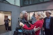 Stadträtin Manuela Jost (rechts) gratuliert der neugewählten Franziska Bitzi Staub. (Bild: Pius Amrein)
