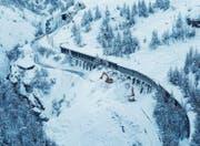 Die Zugstrecke zwischen Täsch und Zermatt musste vom Schnee der Lawine befreit werden. (Bild: Dominic Steinmann/EPA (Zermatt, 10. Januar 2018))