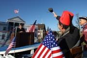 «8 Jahre Bush – nur Pfush»: Die Männerriege Neuheim gibt dem abgetretenen amerikanischen Präsidenten nochmals den Schuh. (Bild Christof Borner-Keller/Neue ZZ)