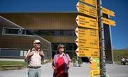Das Wanderwegnetz im Kanton Obwalden wird revidiert. Auf dem Bild studieren Wanderer die Wegweiser bei der Bergstation der Melchsee-Frutt-Bahn. (Bild Corinne Glanzmann)