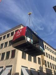 Hier wird die alte Schönbüel-Gondel von einem Lastwagen auf die Dachterrasse von Adobe in basel gehievt. (Bild: pd)