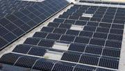 Mit dem neuen Energiegesetz sollen erneuerbare Energien gefördert werden. Das Bild zeigt eine Solaranlage auf dem Dach der Waldeggturnhalle in Rotkreuz. (Bild: Werner Schelbert (2. September 2016))