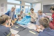 Ein Bild auf Zeit: Lehrerin Danielle Lustenberger im «Handsgi»-Unterricht an der Kanti Reussbühl. (Bild: Pius Amrein (16. November 2017))
