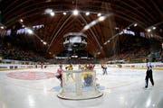 Der Eishockey-Tempel in Davos steht wieder während sechs Tagen ganz im Zeichen des Radrenn-Sports. (Bild: Keystone)